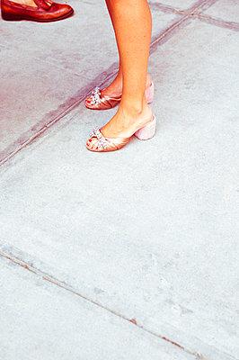 Frauenbeine mit schönen Schuhen - p432m1503316 von mia takahara