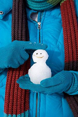 Woman holding a little snowman - p4541181 by Lubitz + Dorner