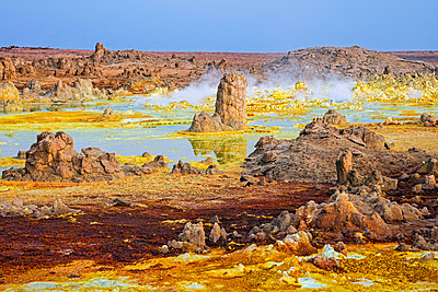 Ethiopia, Dallol, Afar Region. Gas vents, geysers, salt, iron stains, sulphur and halophile algae turn the hot springs at Dallol into a kaleidoscope of spectacular colours and strange natural formations. - p652m1166926 by Nigel Pavitt
