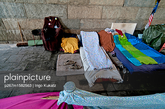 Matratzenlager unter der Brücke - p267m1582563 von Ingo Kukatz