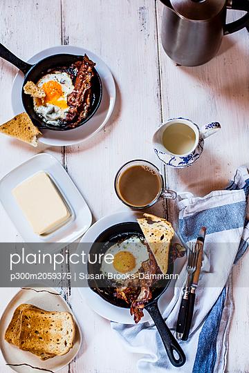 Bacon, eggs, coffee, slices of toast - p300m2059375 von Susan Brooks-Dammann