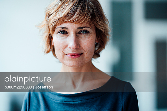 Confident businesswoman in office - p300m2290590 by Joseffson