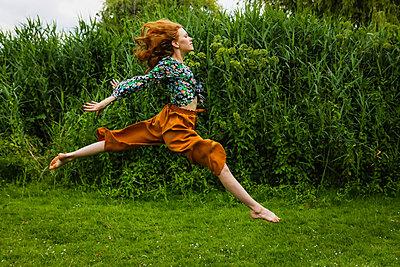 Durch die Natur springen - p045m2196096 von Jasmin Sander