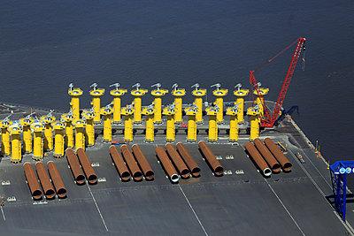 Vormontage und Verladung eines Offshore-Windrades - p1016m907560 von Jochen Knobloch