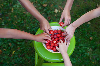 Five children reaching for strawberries - p1231m1208283 by Iris Loonen