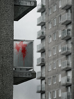 Großbritannien, Slum Apartments mit Blutspritzer auf dem Balkon - p1280m2208830 von Dave Wall