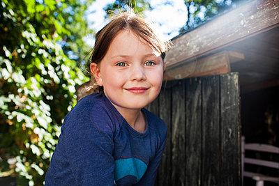 Kind auf Baumhaus - p1386m1441770 von beesch