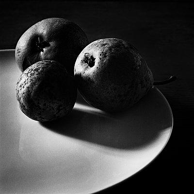 Fruits in the dark - p1661m2245375 by Emmanuel Pineau