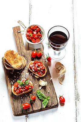 Italian buschetta and red wine - p300m2024184 von Susan Brooks-Dammann