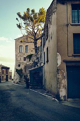Dorfstraße in Bonnieux - p470m1223723 von Ingrid Michel