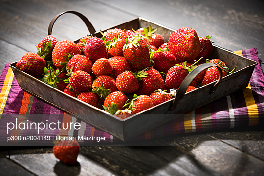 Fresh strawberries in bowl - p300m2004149 von Roman Märzinger