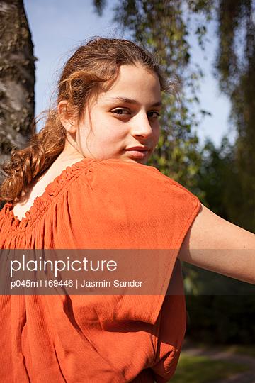 Portrait eines Teenagers - p045m1169446 von Jasmin Sander