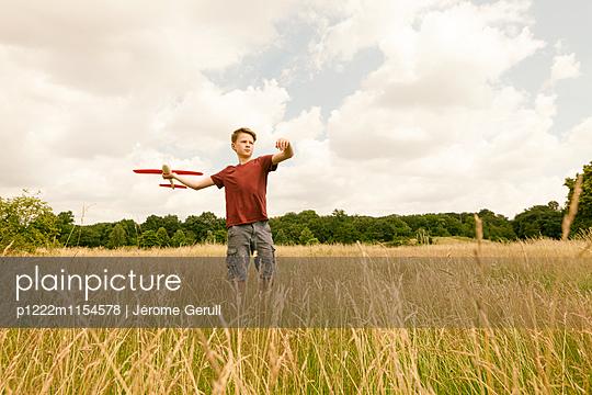 Kind mit Spielflugzeug - p1222m1154578 von Jérome Gerull