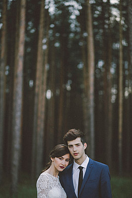 Portrait of wedding couple standing in forest - p1166m1561211 by Cavan Images