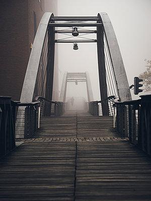 Fußgängerbrücke in Hamburg - p1696m2291395 von Alexander Schönberg