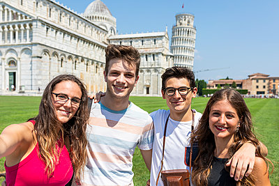 Italy, Pisa, portrait of friends with the Leaning Tower in background - p300m2063043 von William Perugini