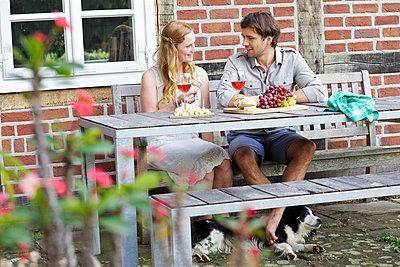 Verliebtes Paar mit Wein - p606m933913 von Iris Friedrich