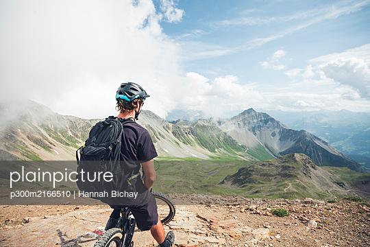 Mountainbiker on viewpoint on Lenzerheide in Grisons, Switzerland - p300m2166510 von Hannah Bichay