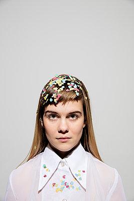 Frau mit Konfetti auf dem Haar und dem Kragen - p1212m1092885 von harry + lidy
