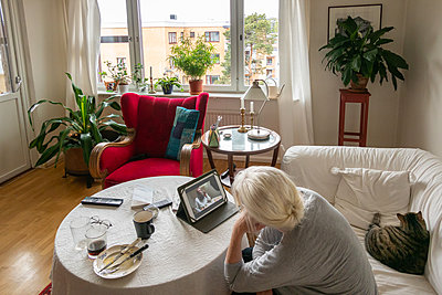 Ältere Frau mach ein videochat zu Hause - p1418m2184476 von Jan Håkan Dahlström