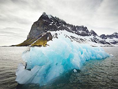 Norway, Spitsbergen, Prins Karls Forland, iceberg - p300m2079393 von Christian Vorhofer