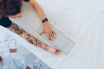 Fashion designer drawing and creating dressmaker's pattern - p429m2058385 by Eugenio Marongiu
