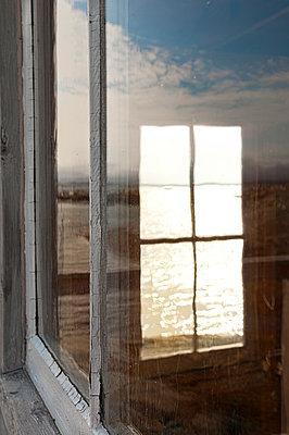 Fensterspiegelung - p470m1122995 von Ingrid Michel