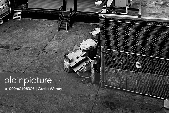 Waste in a backyard in New York City - p1090m2108326 by Gavin Withey