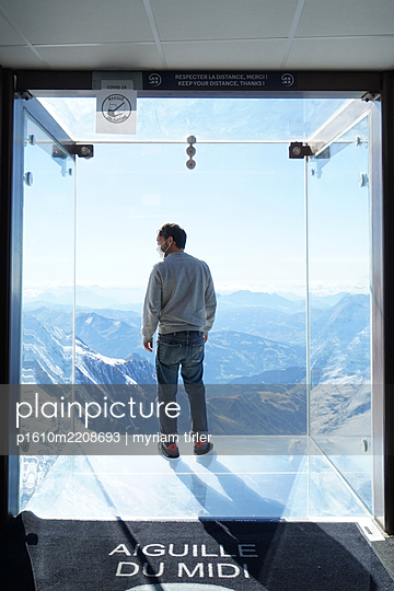 The glass box at the Aiguille du midi - p1610m2208693 by myriam tirler