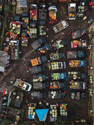 Aerial view of fruit market - p1166m2095134 by Cavan Images