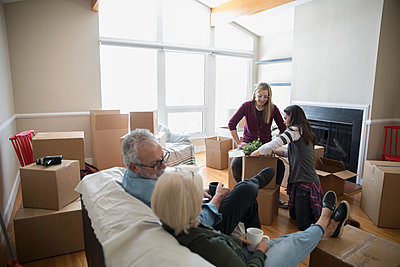 Parents taking a break, helping lesbian couple moving into new house - p1192m1560015 by Hero Images