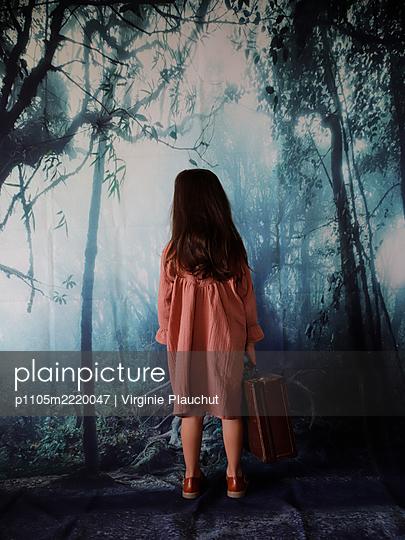 Little girl with suitcase - p1105m2220047 by Virginie Plauchut