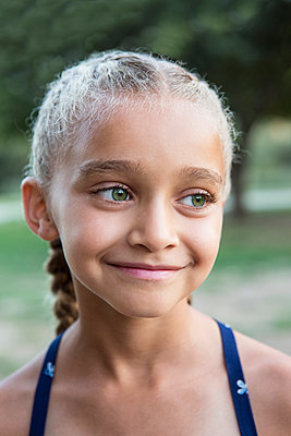 Close up of mixed race girl smiling - p555m1411719 by Sam Diephuis