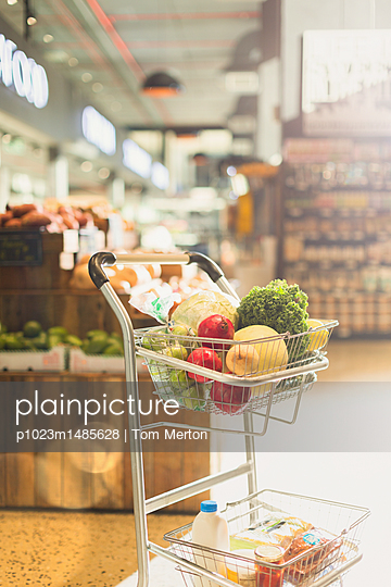 Produce and groceries in shopping cart in market - p1023m1485628 by Tom Merton
