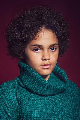 Studio portrait of a girl  - p1323m2065834 von Sarah Toure