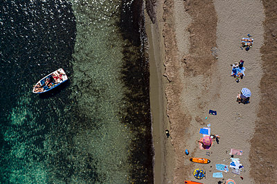 A motorboat off shore, aerial view - p1437m2283320 by Achim Bunz