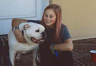 Glückliches Mädchen mit Bulldogge - p1694m2291723 von Oksana Wagner