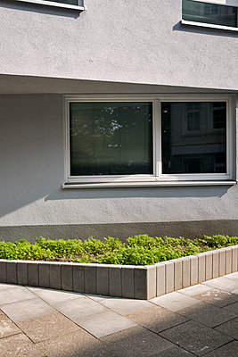 Grünfläche vor einer Betonfassade - p229m1477304 von Martin Langer