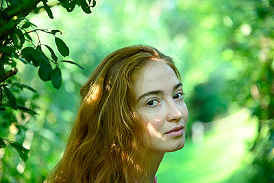 Portrait of young woman in the forest - p427m2210838 by Ralf Mohr