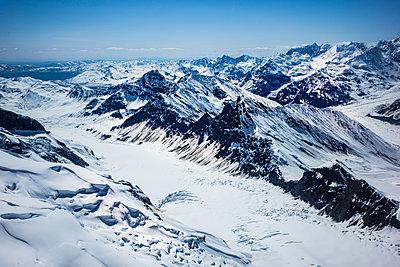 Verschneite Gebirgskette, Rocky Mountains, Alaska, USA - p741m2168724 von Christof Mattes