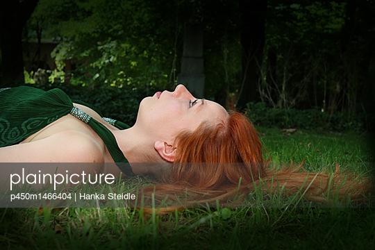 Junge Frau liegt im Gras     - p450m1466404 von Hanka Steidle