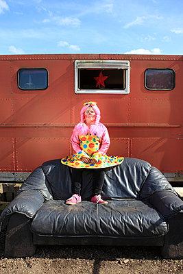 Clown auf Campingplatz - p045m1034357 von Jasmin Sander