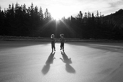 Brüder rennen am Strand - p1308m1136778 von felice douglas