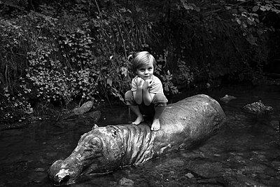 Kind auf Nilpferd - p1308m1136793 von felice douglas
