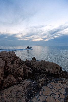 Fischerboot fährt hinaus - p1356m1440455 von Markus Rauchenwald