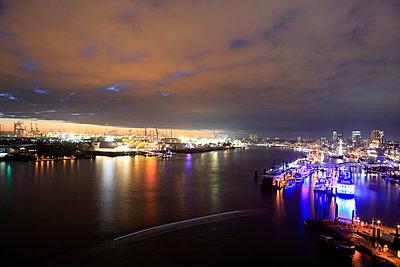 Hafen Hamburg bei Nacht - p179m1467249 von Roland Schneider