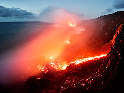 Glowing orange lava flowing from Pu'u O'o' in sea at Hawaii Volcanoes National Park against sky - p300m2131791 by Christian Vorhofer