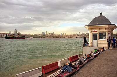 Turkey, Istanbul, People sitting and looking at view to Bosphorus and Sultan Ahmed Mosque - p300m879505 by TeKa photography