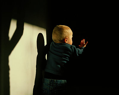 Little boy in the dark - p1051m891854 by Jakub Karwowski
