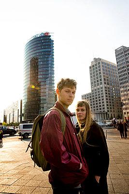 Junges Paar in der Metropole - p1212m1138861 von harry + lidy